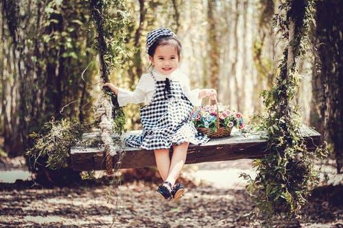 holčička venku