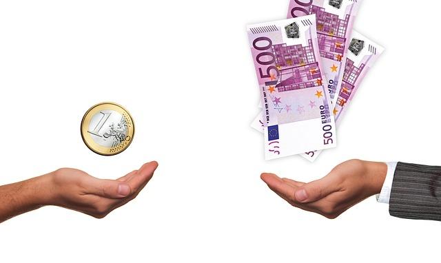peníze nad dlaní