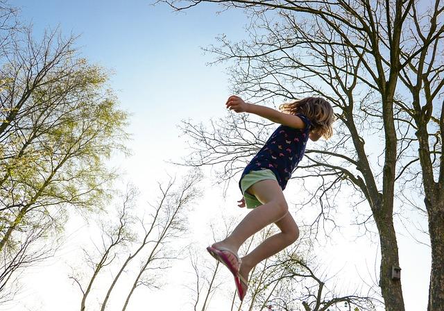 dívka nad trampolínou