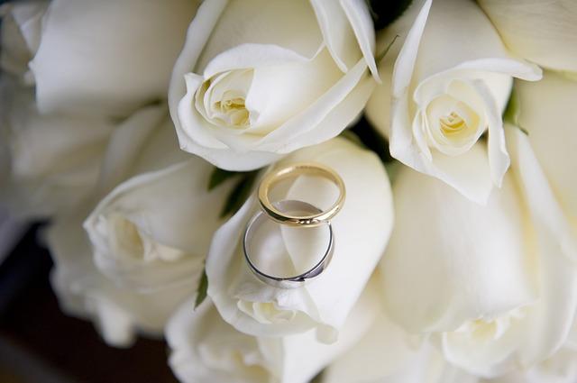 svatební prstýnky na květině