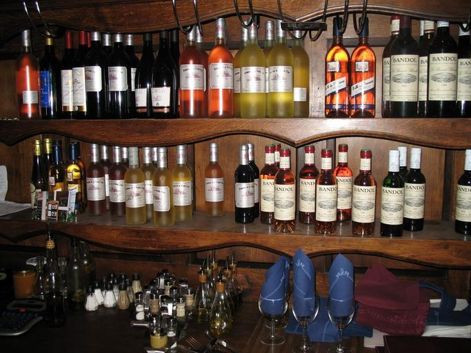 různé láhve vína ve vinárně