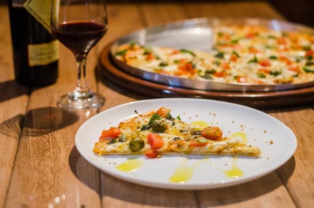 pizza a sklenka vína